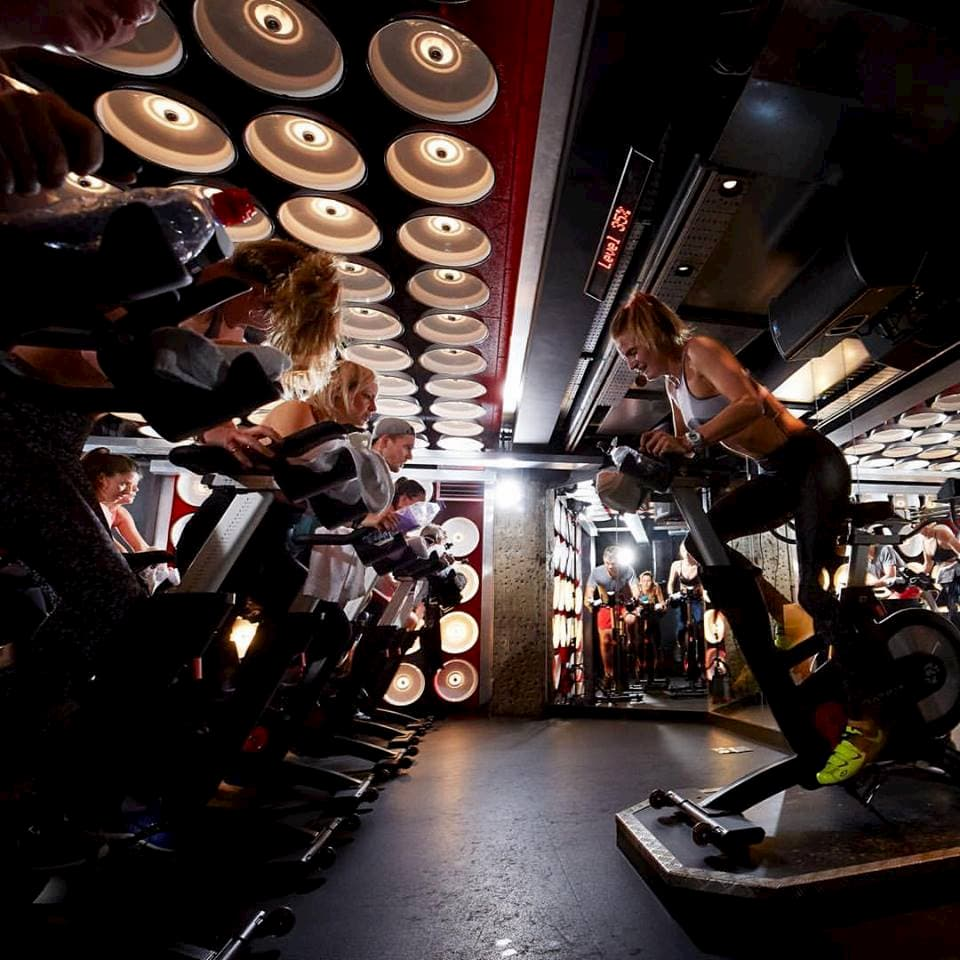 Spinning classes in an unique room